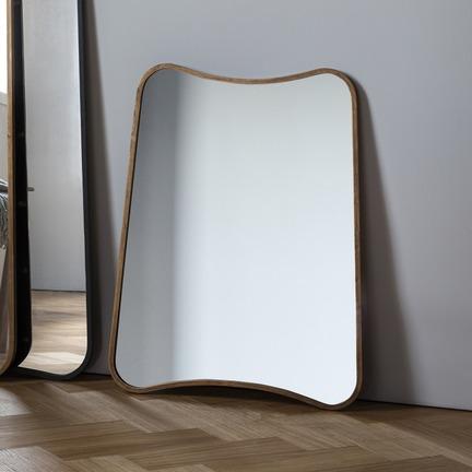 Kurva Mirror